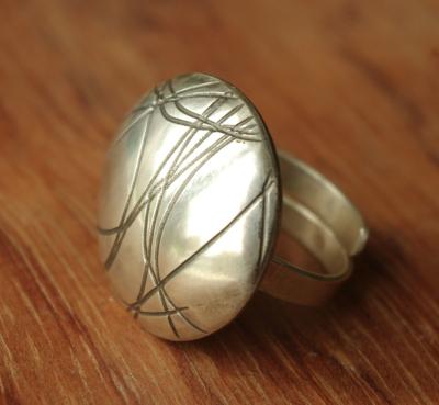 Bague unique en argent massif 950 poinçonné réalisée par Adeline Beaujon, créatrice de bijoux uniques, artisanaux et contemporains.
