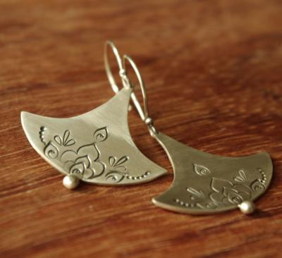 Boucles d'oreilles uniques en argent conçues par Adeline Beaujoin, créatrice de bijoux contemporains