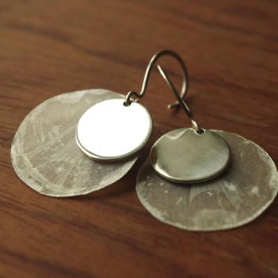 Boucles d'oreilles en argent et écailles de poisson. Modèle unique réalisé par Adeline Beaujoin, créatrice de bijoux artisanaux et contemporains.