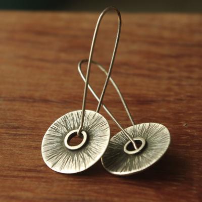 Boucles d'oreilles de créateur uniques en argent martelé conçues par Adeline Beaujoin, créatrice de bijoux contemporains et originaux.