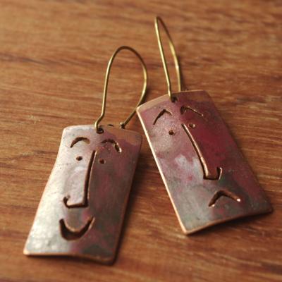 """Boucles d'oreilles uniques en cuivre ajouré """"Jean (qui rit, et pleure)"""" réalisées par la créatrice de bijoux"""