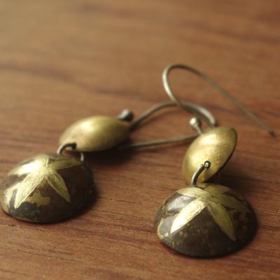 Boucles d'oreilles en laiton oxydé réalisées par Adeline Beaujoin, créatrice de bijoux uniques.